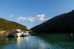 Barcos en la agua de mar hermosa cerca de la rata de Zlatni, la mayoría de la playa famosa del mar adriático, isla de Brac, Croac Fotos de archivo libres de regalías
