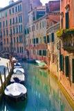 Barcos en la arquitectura del canal y de la casa de Venecia Imagen de archivo