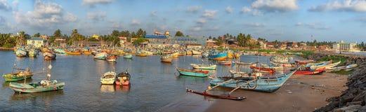 Barcos en la bahía, cielo azul con las nubes Foto de archivo libre de regalías