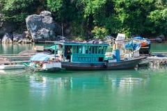Barcos en la bahía de Halong fotografía de archivo