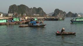 Barcos en la bahía de Halong, Vietnam almacen de metraje de vídeo