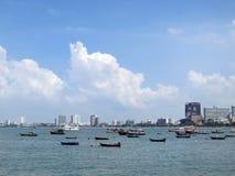 Barcos en la bahía de la ciudad del mar Foto de archivo