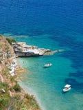 Barcos en la bahía en la isla de Corfú Foto de archivo
