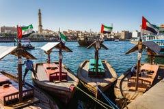 Barcos en la cala de la bahía en Dubai, UAE Foto de archivo libre de regalías