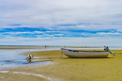 Barcos en la costa mA con marea baja de Provincetown Imágenes de archivo libres de regalías
