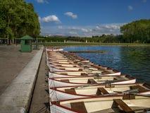 Barcos en la fila en un lago azul Imágenes de archivo libres de regalías