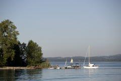 Barcos en la orilla de Frauenchiemsee, Baviera Imagen de archivo