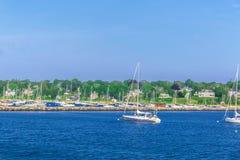 Barcos en la orilla de mar en el bacalao de cabo mA Fotografía de archivo
