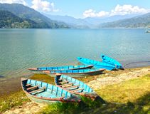 Barcos en la orilla del lago Pheva Foto de archivo