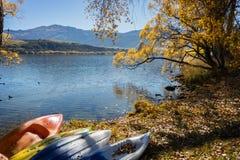 Barcos en la orilla del lago por el lago Hayes Imágenes de archivo libres de regalías