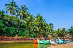 Barcos en la orilla del río Fotos de archivo libres de regalías