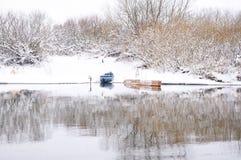 Barcos en la orilla del río del invierno Fotos de archivo libres de regalías
