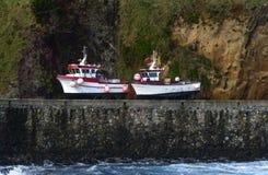 Barcos en la orilla en Santa Cruz, archipiélago de Azores (Portugal) Fotografía de archivo