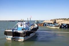 Barcos en la oscuridad amarrados en Dwarka Harbor Fotos de archivo libres de regalías
