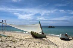 Barcos en la playa imagenes de archivo