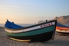 Barcos en la playa de Nazaré - Portugal Foto de archivo libre de regalías