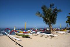 Barcos en la playa de Sanur, Bali imagen de archivo