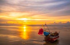 Barcos en la playa por la mañana Fotos de archivo libres de regalías