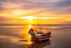Barcos en la playa por la mañana Fotografía de archivo libre de regalías