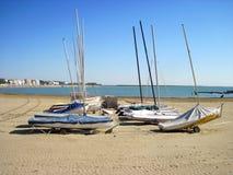 Barcos en la playa vacía Foto de archivo