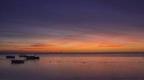 Barcos en la puesta del sol Foto de archivo