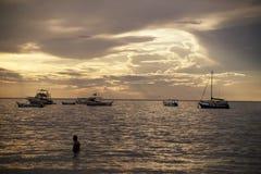 Barcos en la puesta del sol en Costa Rica foto de archivo