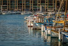 Barcos en la puesta del sol en Marsella fotografía de archivo