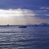 Barcos en la puesta del sol, Tailandia de Longtail Foto de archivo