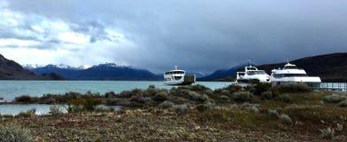 Barcos en Lago Argentino de Estancia Cristina, Patagonia, la Argentina imagenes de archivo