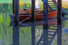 Barcos en Lake di Braies, Italia Foto de archivo libre de regalías