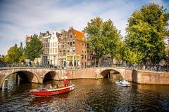 Barcos en los canales en Amsterdam Fotos de archivo libres de regalías
