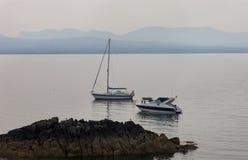 Barcos en mañana brumosa Imagenes de archivo