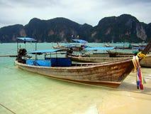 Barcos en Maya Bay, Tailandia Foto de archivo libre de regalías