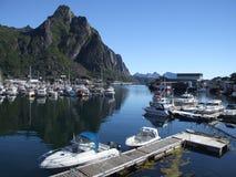 Barcos en pequeño puerto en Noruega Imágenes de archivo libres de regalías