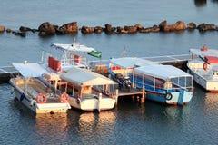 Barcos en pequeño puerto cerca del monasterio de Vlacherna, Corfú, Grecia Foto de archivo libre de regalías