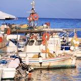 Barcos en pequeño puerto cerca del monasterio de Vlacherna, Corfú, Grecia Foto de archivo