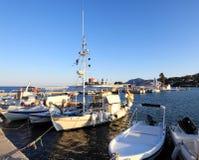 Barcos en pequeño puerto cerca del monasterio de Vlacherna, Corfú, Grecia Fotos de archivo libres de regalías
