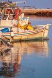 Barcos en pequeño puerto cerca del monasterio de Vlacherna, Kanoni, Corfú, G Imagen de archivo