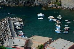 Barcos en pequeño puerto en la ciudad de Vernazza Fotos de archivo