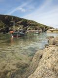 Barcos en puerto en Boscastle, Cornualles de rocas Imágenes de archivo libres de regalías