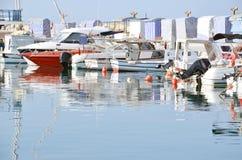 Barcos en rompeolas Foto de archivo libre de regalías