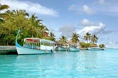 Barcos en un centro turístico tropical foto de archivo