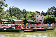 Barcos en un parque de la ciudad imagen de archivo libre de regalías