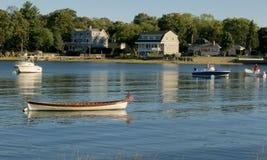Barcos en un puerto en el océano Canotaje de la playa Imagenes de archivo