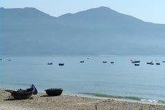 Barcos en una bahía con las montañas Foto de archivo libre de regalías