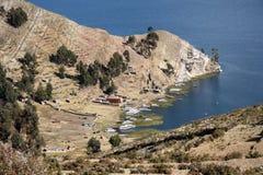 Barcos en una bahía en Isla del Sol en el lago Titicaca, Bolivia Fotografía de archivo libre de regalías
