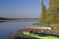 Barcos en una orilla tranquila del lago por mañana Imagen de archivo libre de regalías