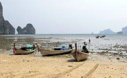 Barcos encalhados em Tailândia Foto de Stock