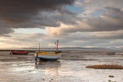 Barcos encalhados na baía de Morecambe, Inglaterra Imagens de Stock Royalty Free