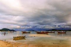 Barcos encalhados na maré baixa, Phuket, Tailândia Fotos de Stock